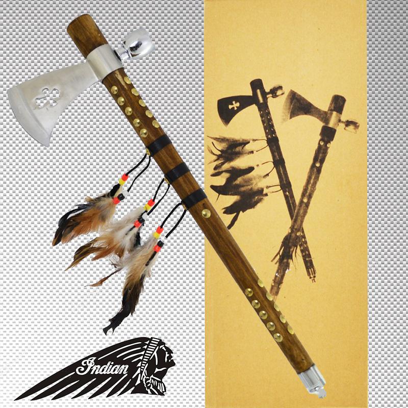 Автентичен индиански TOMAHAWK с дървена дръжка с обков, пера и вградена лула, брадва