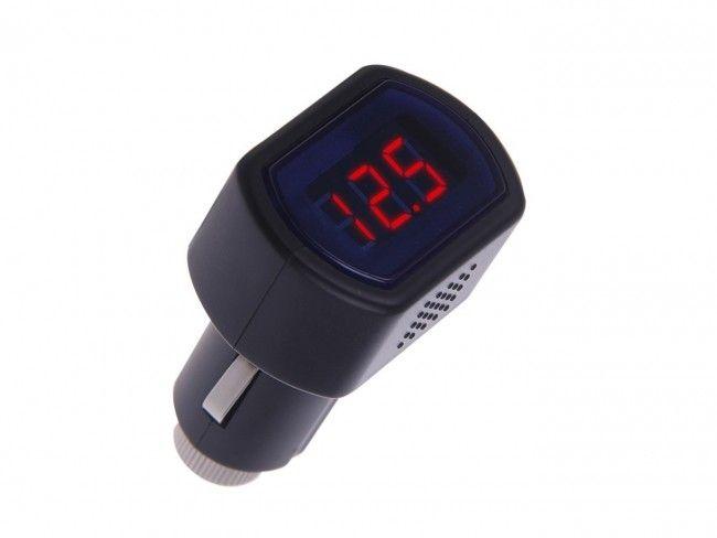 Атрактивен дигитален волтметър в запалката показва напрежението в автомобила