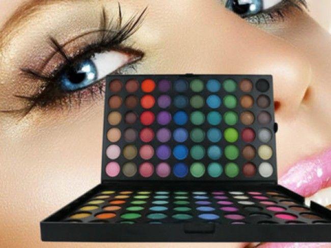 Голям комплект от 120 цвята сенки за очи, част от професионалния грим