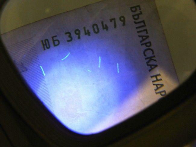 Хайтек лупа със светодиодно осветление и UV детектор за фалшиви банкноти. Батерии - подаръ