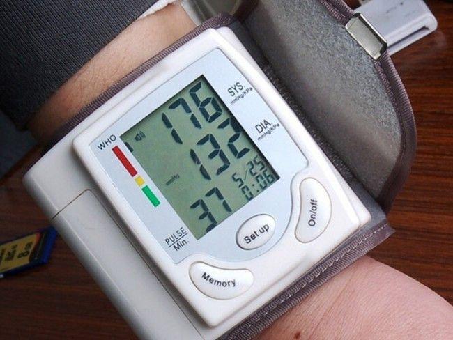 Автоматичен електронен апарат за кръвно налягане CK-101S, захранване 2 батерии ААА
