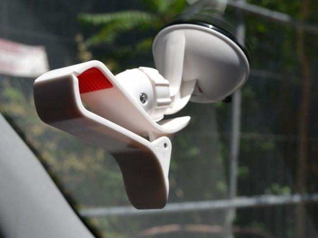 Симпатична бяла авто стойка - щипка с вакуум - здрава и сигурна