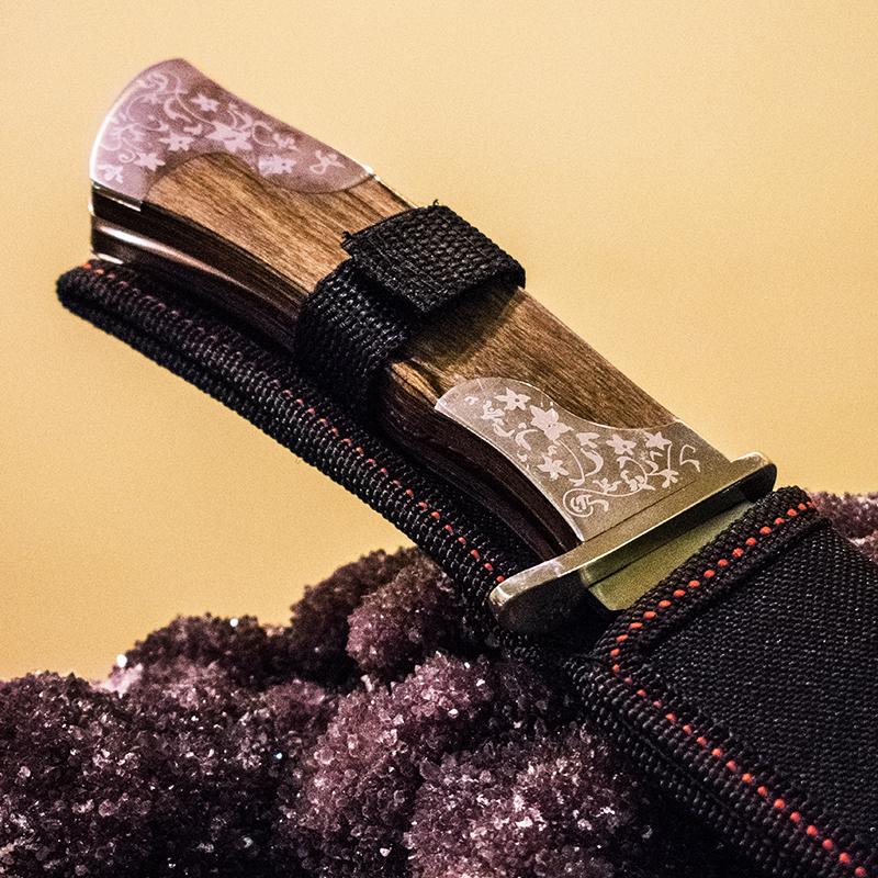 Бутиков ловен нож COLUMBIA USA XF66 FLOWERS дръжка орех-полимер и кания за колан